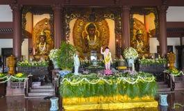 La estatua budista en templo adornó las luces, flores coloridas en cumpleaños del ` s de Buda Imágenes de archivo libres de regalías
