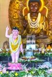 La estatua budista en templo adornó las luces, flores coloridas en cumpleaños del ` s de Buda Foto de archivo