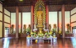 La estatua budista en templo adornó las luces, flores coloridas en cumpleaños del ` s de Buda Fotos de archivo libres de regalías