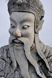 La estatua china del guerrero está guardando a Wat Pho en Bangkok foto de archivo