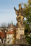 La estatua de Augustine del hipopótamo en el puente de Charles en Praga imagen de archivo