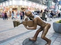 La estatua de bronce del cineasta en el cuadrado de BIFF fotos de archivo