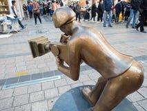 La estatua de bronce del cineasta en el cuadrado de BIFF imagenes de archivo