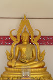 La estatua de Buda del oro que se sienta Foto de archivo libre de regalías