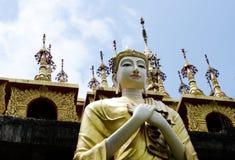 La estatua de Buda delante de lugares de culto es la adoración del budista Fotos de archivo