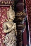 La estatua de Buda delante de lugares de culto es la adoración del budista Imágenes de archivo libres de regalías
