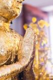 La estatua de Buda a dorar con la hoja de oro Qué gente utiliza para adorar la imagen de Buda Imagenes de archivo