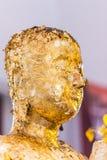 La estatua de Buda a dorar con la hoja de oro Qué gente utiliza para adorar la imagen de Buda Imagen de archivo libre de regalías