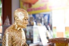La estatua de Buda a dorar con la hoja de oro Qué gente utiliza para adorar la imagen de Buda Imágenes de archivo libres de regalías