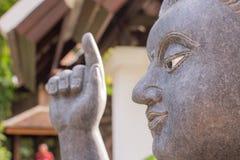 La estatua de Buda hizo de piedra con el musgo Foto de archivo