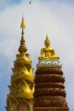 La estatua de Buddha está situada en el eminente Foto de archivo
