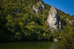 La estatua de Decebal talló en la montaña La cabeza del ` s de Decebal talló en la roca, parque natural de las puertas del hierro imagen de archivo libre de regalías