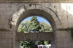 La estatua de Gregory de Nin en fractura detrás de las paredes del palacio de Diocletian Fotografía de archivo libre de regalías