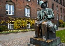 La estatua de HC el Andersen en el centro de ciudad en Copenhague, Dinamarca Imagenes de archivo