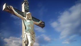 La estatua de la crucifixión con lapso de tiempo se nubla en fondo almacen de metraje de vídeo
