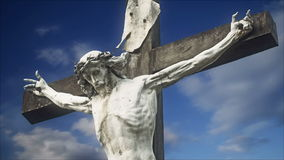 La estatua de la crucifixión con lapso de tiempo se nubla en fondo metrajes