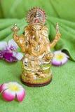 La estatua de la deidad Ganesh en un fondo verde Fotografía de archivo