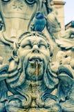 La estatua de la fuente pública está contra panteón Fotos de archivo libres de regalías