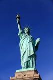 La estatua de la libertad con el cielo azul claro Foto de archivo libre de regalías
