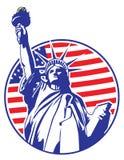 La estatua de la libertad con los E.E.U.U. señala por medio de una bandera como fondo Foto de archivo