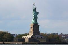 La estatua de la libertad en el puerto de Nueva York Fotos de archivo