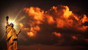 La estatua de la libertad en la puesta del sol, lapso de tiempo se nubla