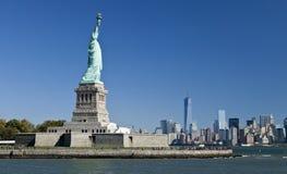 La estatua de la libertad y de Manhattan Imagen de archivo