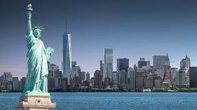 La estatua de la libertad con un fondo del World Trade Center, señales de New York City fotos de archivo