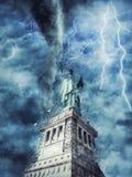 La estatua de la libertad durante la tormenta, la lluvia y la iluminación pesadas en Nueva York imágenes de archivo libres de regalías