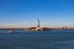La estatua de la libertad y de New York City imagen de archivo libre de regalías