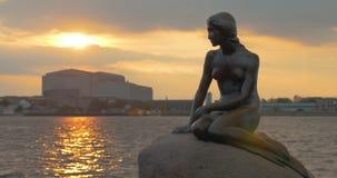 La estatua de little mermaid en la puesta del sol metrajes