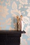 La estatua de madera de dos mujeres que llevan a cabo las manos, estatua está en un negro Fotos de archivo libres de regalías