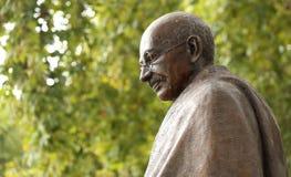La estatua de Mahatma Gandhi en Londres, el parlamento ajusta imagen de archivo