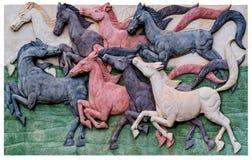 La estatua de la manada del caballo en las paredes imagen de archivo