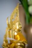 La estatua de oro de Buda a dorar Qué gente utiliza para adorar Fotos de archivo