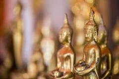 La estatua de oro de Buda a dorar Qué gente utiliza para adorar Imagen de archivo