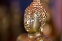 La estatua de oro de Buda a dorar Qué gente utiliza para adorar Imagen de archivo libre de regalías