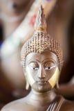 La estatua de oro de Buda a dorar Qué gente utiliza para adorar Fotos de archivo libres de regalías