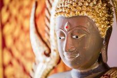 La estatua de oro de Buda a dorar Qué gente utiliza para adorar Fotografía de archivo