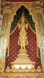 La estatua de oro del ángel y la arquitectura tailandesa del arte detallan el pasillo principal de la ordenación en el templo bud Fotos de archivo