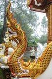 La estatua de oro del dragón imagen de archivo