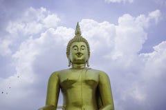 La estatua de oro grande de Buda en Tailandia Imagen de archivo libre de regalías