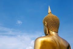 La estatua de oro grande de Buda de la pagoda de Buda concentra encendido imagenes de archivo