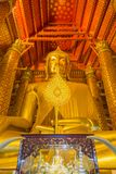 La estatua de oro hermosa grande de Buda en la iglesia de Wat Phanan Fotos de archivo
