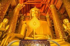 La estatua de oro hermosa grande de Buda en la iglesia de Wat Phanan Imagenes de archivo