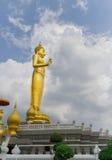 La estatua de oro respetable de Buda Colocación al aire libre en el b Foto de archivo