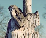 La estatua de piedra vieja de una lápida mortuoria del ángel en el cementerio en VI Fotografía de archivo