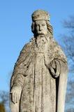 La estatua de piedra vieja del santo en la lápida mortuaria en Ucrania Imagenes de archivo