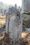 La estatua de piedra vieja sin cabeza en el cementerio en Ucrania Fotografía de archivo