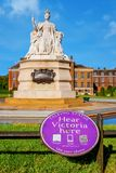La estatua de la reina Victoria delante del palacio de Kensington dentro de Kensinton cultiva un huerto fotografía de archivo